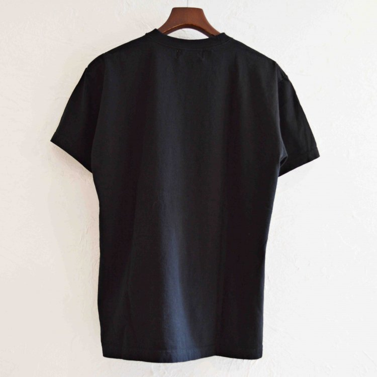 Nasngwam. ナスングワム / REMOTE DRINKING TEE プリントTシャツ(BLACK ブラック)<img class='new_mark_img2' src='https://img.shop-pro.jp/img/new/icons1.gif' style='border:none;display:inline;margin:0px;padding:0px;width:auto;' />