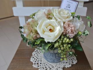 プリエール【結婚祝いに!ブリキにホワイトカラーのプリザーブドフラワー/クリアケース付き!】