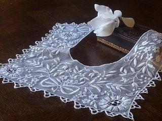 チュールに白刺繍の飾り襟