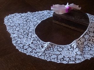 白いマクラメレースの飾り襟