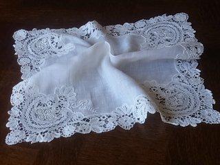 優雅なリネンの白刺繍ハンカチ