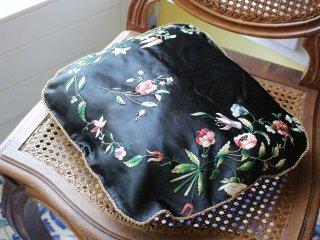 憂鬱な花のフランス刺繍クッション