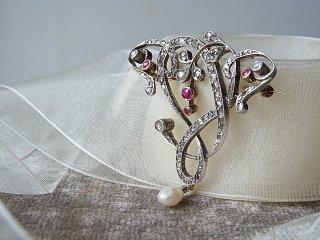 ルビー&ダイヤの優雅なブローチ