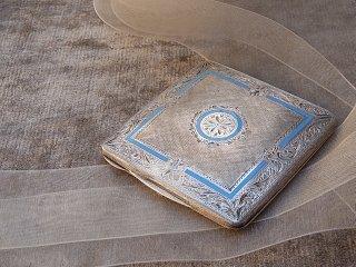 空色エナメルの銀製の白粉ケース