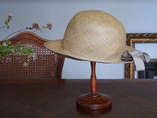 郷愁を誘うグレーリボンの麦わら帽