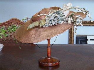 青いバラのコサージュの麦わら帽