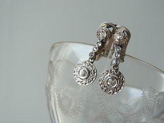 丸い彫のダブルダイヤモンドピアス