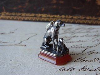 仲良し親子犬の彫刻フォブシール