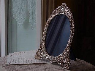 銀の打ち出しの楕円の写真用額縁