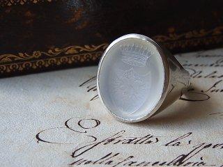 ホワイトカルセドニーの紋章リング