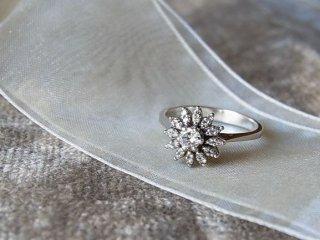 清楚なマーガレットのダイヤリング