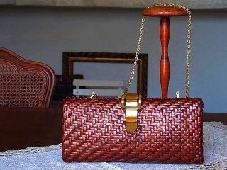 ブロンズ色の籐のショルダーバック