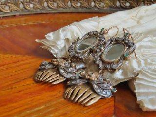 鏡と櫛とエメラルドのレアなピアス