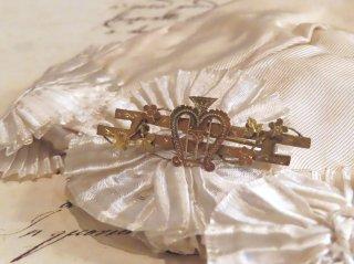 英国の愛を奏でるハープのブローチ