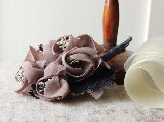 ノスタルジックな布花のコサージュ