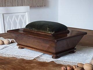 トスカーナ地方の胡桃の裁縫箱