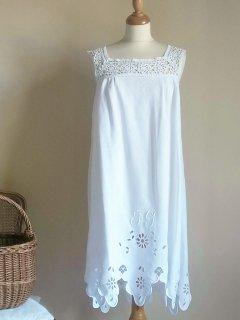 白刺繍の可憐なイニシャルドレス