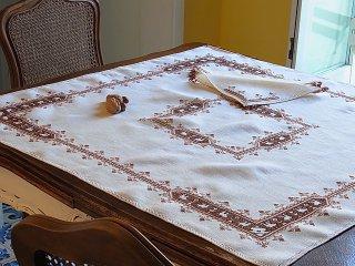 茶色のプント・アッシジのテーブルクロス