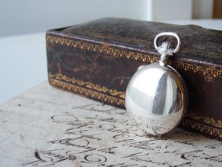 懐中時計型の銀のロケット
