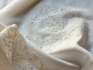 白鳩の花文字モノグラムの白刺繍