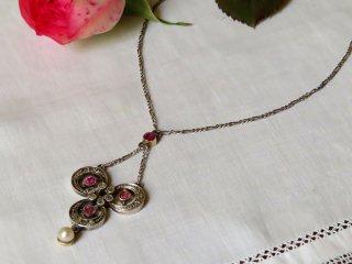 ルビー&真珠の三つ葉ネックレス
