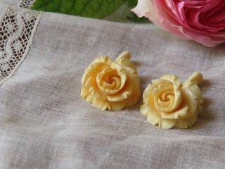 薔薇の象牙のペンダント・2個組