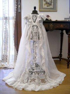 豪華な手刺繍の、洗礼用ドレス