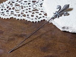 銀の百合の帽子用ピン