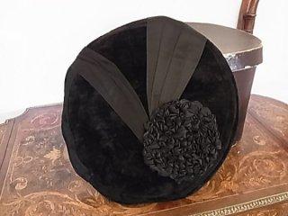 黒ベルベットのシニョン帽子