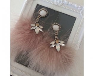<img class='new_mark_img1' src='https://img.shop-pro.jp/img/new/icons47.gif' style='border:none;display:inline;margin:0px;padding:0px;width:auto;' />Fur Pierced&Earrings -pinkbeige-