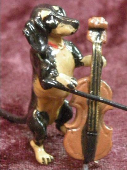 ヴィエナブロンズ チェロを弾く犬