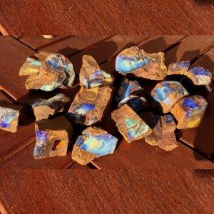 ボルダーオパール 原石900グラム