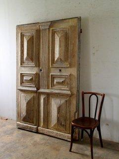 重厚なアンティーク観音開きパネルドア