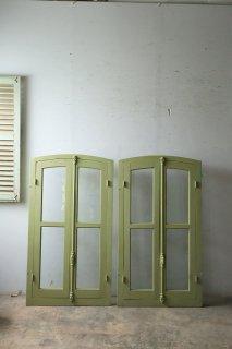 オリーブカラーの木枠付きアーチガラス窓 2ペアあり