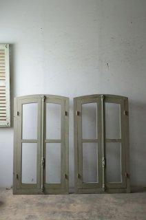 木枠付きアーチガラス窓 2ペアあり