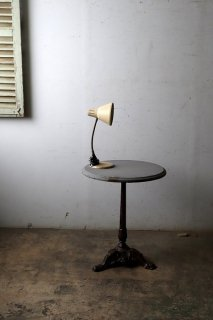 アンティークアイアン脚のラウンドテーブル