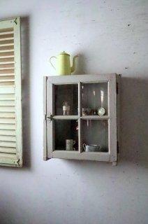 壁付けの小さめキャビネット