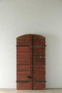 レンガ色のアーチヴォレーペア 納屋の戸に