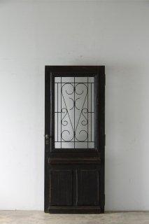 シンプルなアイアン飾り アンティーク扉