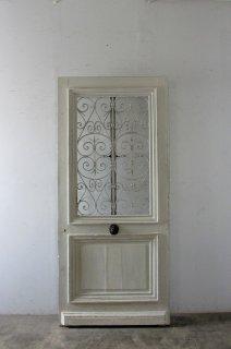 白いアイアン飾り玄関ドア