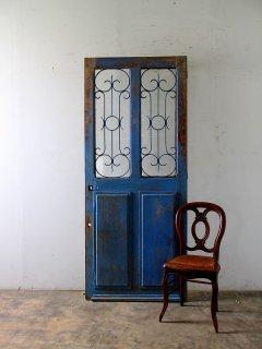 ルスティックなチュニジアンブルーのアイアン飾り 玄関ドア