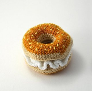 <img class='new_mark_img1' src='//img.shop-pro.jp/img/new/icons60.gif' style='border:none;display:inline;margin:0px;padding:0px;width:auto;' />Hand Crochet Bagel & Cream Cheese (ハンド・クロケット・ベーグル&クリームチーズ)