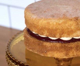 【お菓子の通販】Victoria sponge with buttercream ヴィクトリア スポンジ 15cmのホールケーキ、バタークリーム入り