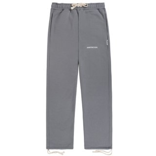 <img class='new_mark_img1' src='https://img.shop-pro.jp/img/new/icons1.gif' style='border:none;display:inline;margin:0px;padding:0px;width:auto;' />SAINTWOODS<br>SAINTWOODS LOGO SWEAT PANTS<br>CEMENT
