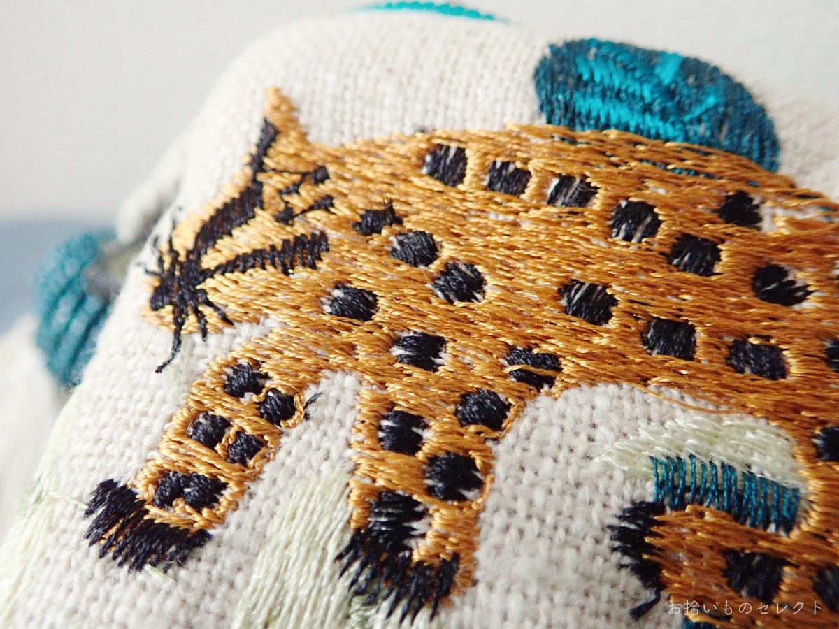 ヒョウの刺繍ポーチ