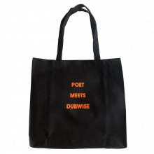 <img class='new_mark_img1' src='https://img.shop-pro.jp/img/new/icons14.gif' style='border:none;display:inline;margin:0px;padding:0px;width:auto;' />POET MEETS DUBWISE CANVAS TOTE -black-