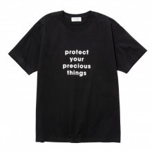 <img class='new_mark_img1' src='https://img.shop-pro.jp/img/new/icons14.gif' style='border:none;display:inline;margin:0px;padding:0px;width:auto;' />POET MEETS DUBWISE Protect T-Shirt -black-