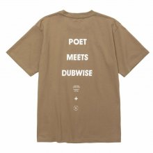<img class='new_mark_img1' src='https://img.shop-pro.jp/img/new/icons14.gif' style='border:none;display:inline;margin:0px;padding:0px;width:auto;' />POET MEETS DUBWISE PMD Logo T-Shirt -sand-