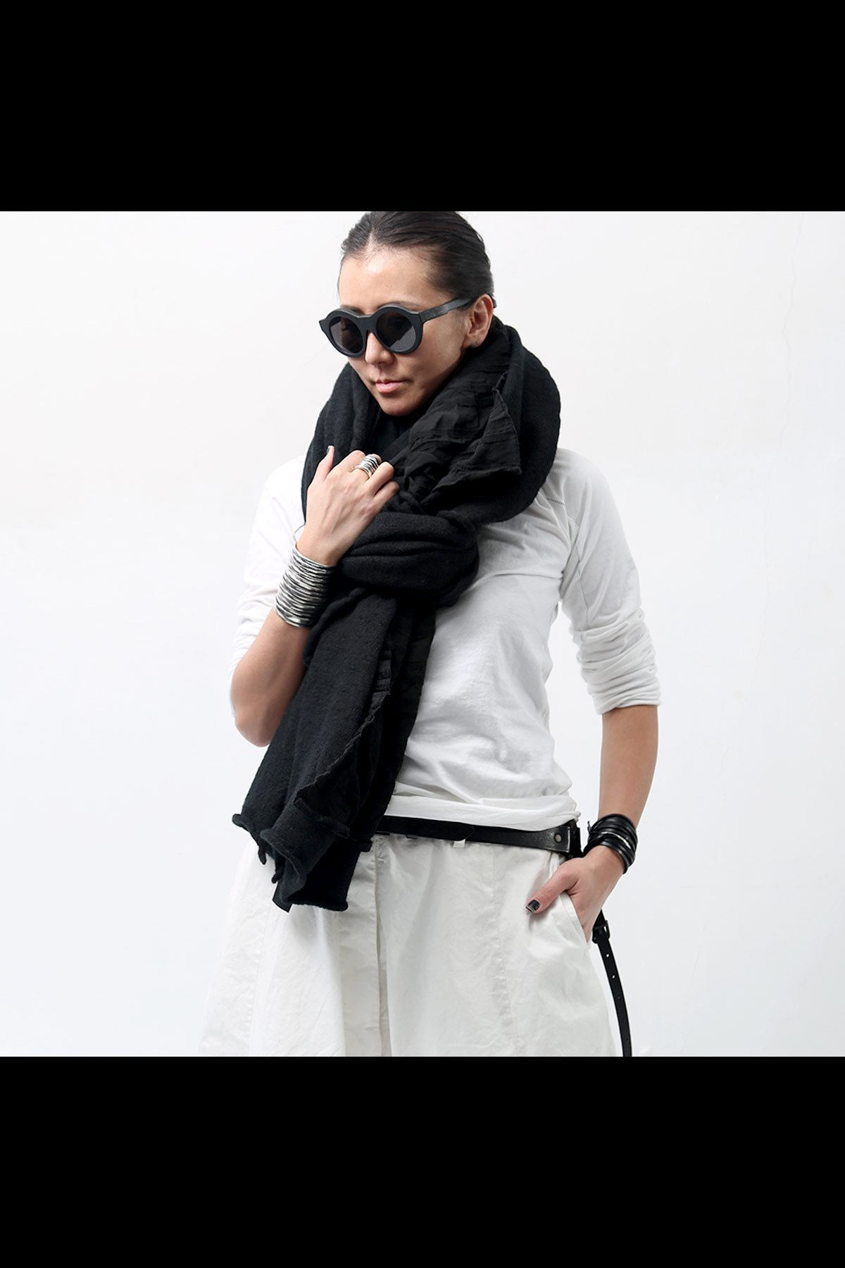RUNDHOLZ BLACK_W MATERIAL STOLE