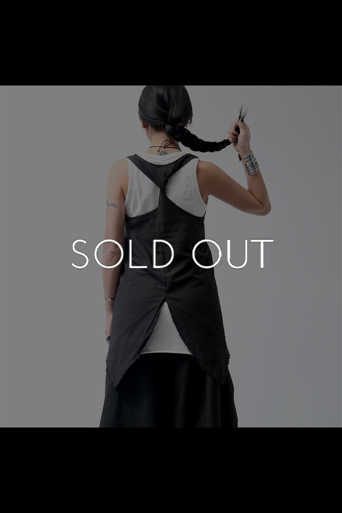 <img class='new_mark_img1' src='https://img.shop-pro.jp/img/new/icons8.gif' style='border:none;display:inline;margin:0px;padding:0px;width:auto;' />BACK TWISTED SLEEVELESS TOP 949CL_BLACK